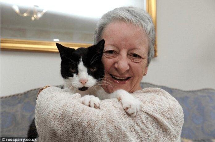 La signora Sue Mckenzie con il suo gatto Tom