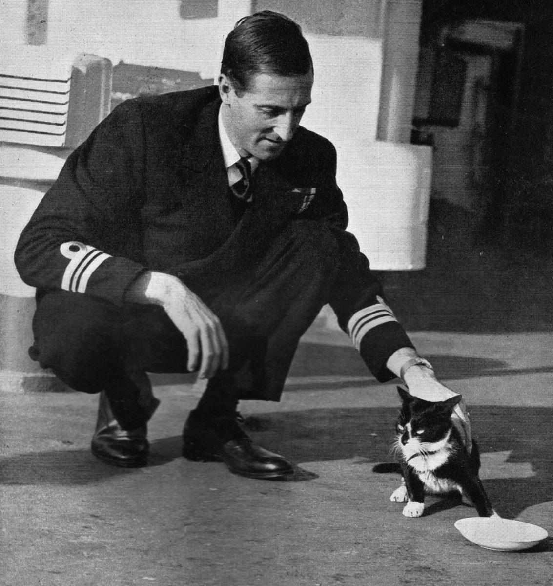 Simon e il capitano della nave HMS Amethyst