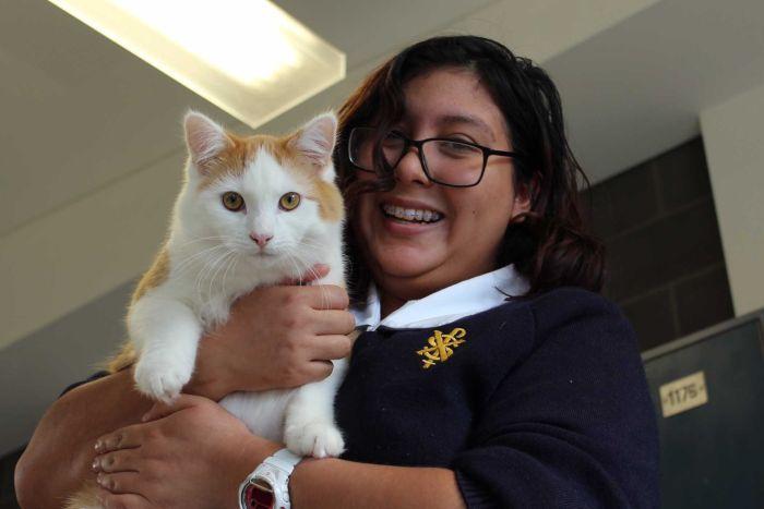 Una studente del ST Francis Xavier College con un gattino