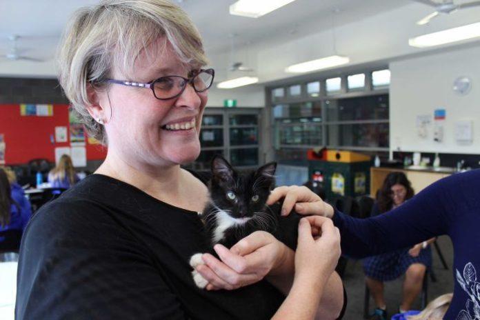 Kath Crawford, del Flossie's kitten Rescue, presso il College St Francis Xavier