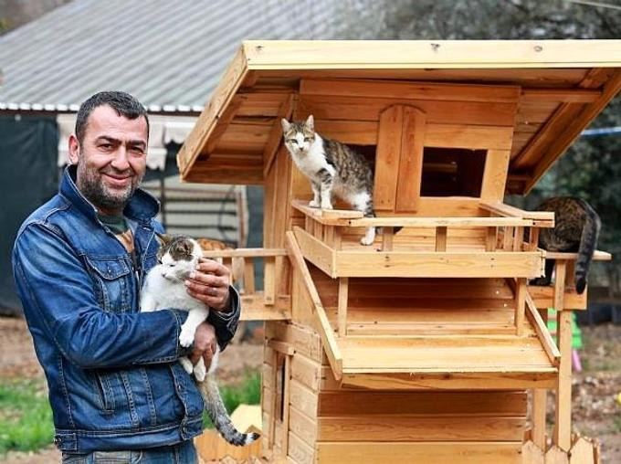 Mehmet Orhan e degli ospiti del rifugio